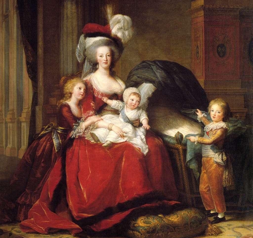Portrait de la reine Marie-Antoinette et ses enfants, par Élisabeth Vigée Le Brun en 1787 (le dauphin Louis qui décédera en juin 1789, montre le berceau vide de sa petite soeur Sophie décédée en juin 1787). Château de Versailles. © Wikimedia Common, domaine public