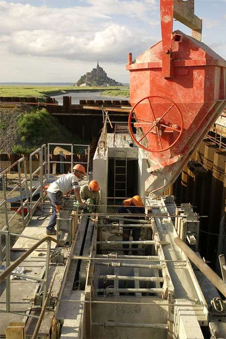 Coulage de béton de pile durant la réalisation du barrage du Couesnon