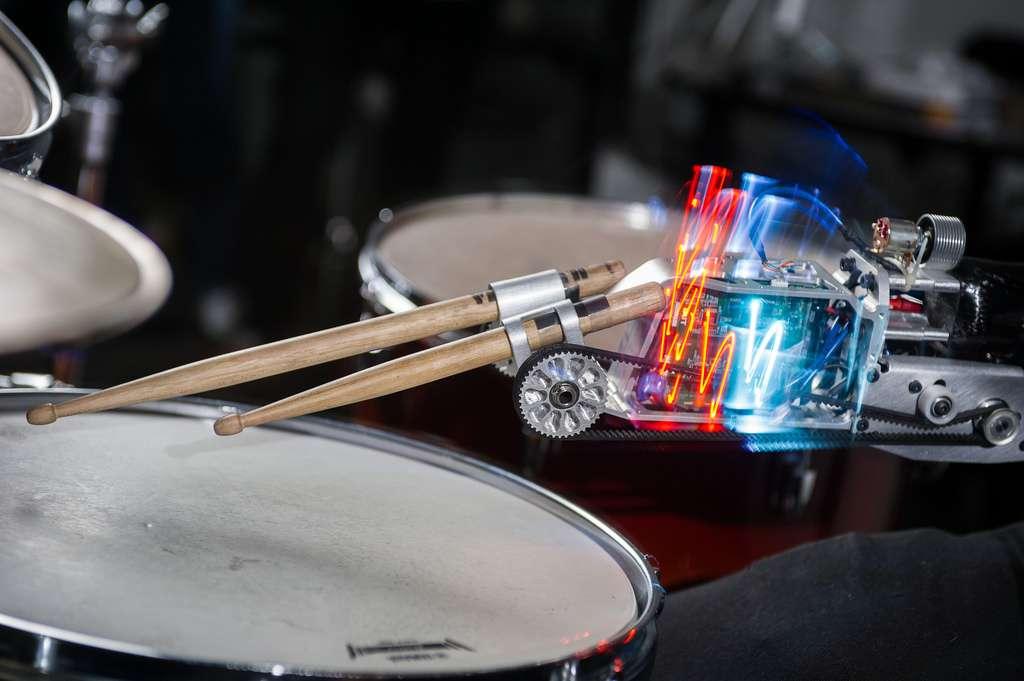 Des artistes valides s'intéressent aussi à cette nouvelle technologie de « supermusicien » comme Jack Baker, batteur du groupe Bonobo. © Georgia Tech Center for Music Technology
