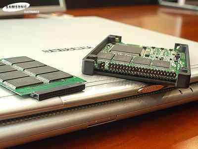 Samsung a annoncé le lancement prochain de son solid-state Disk (SSD), basé sur une mémoire flash Nand de 32 Go (Crédits : Samsung)