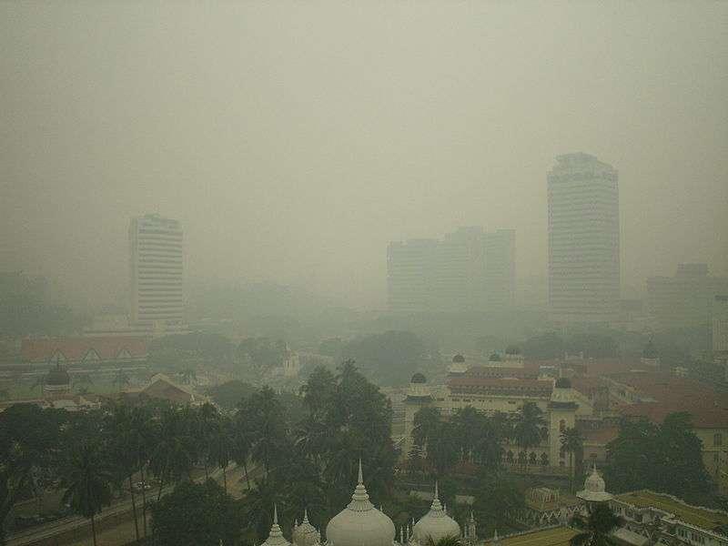 Les smogs, ces nuages de pollution urbaine, frappent les grandes villes, comme ici à Kuala Lumpur, la capitale de la Malaisie. Ils sont nocifs, et même pour les bébés encore dans le ventre de leur mère. © Servus, Flickr, cc by sa 2.0