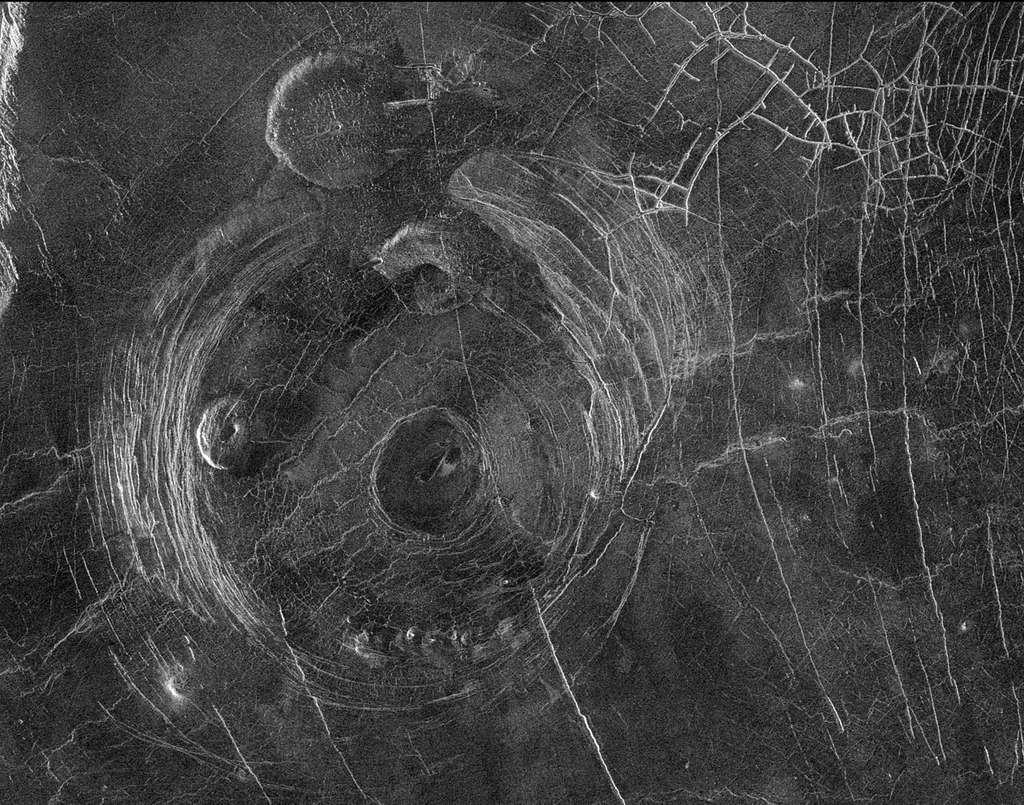 Image radar de Fotla Corona obtenue par la sonde Magella en janvier 1991. La région de Fotla présente une variété de structures d'origine tectonique avec un réseau assez complexe de fractures et un ensemble de dômes volcaniques. © Nasa