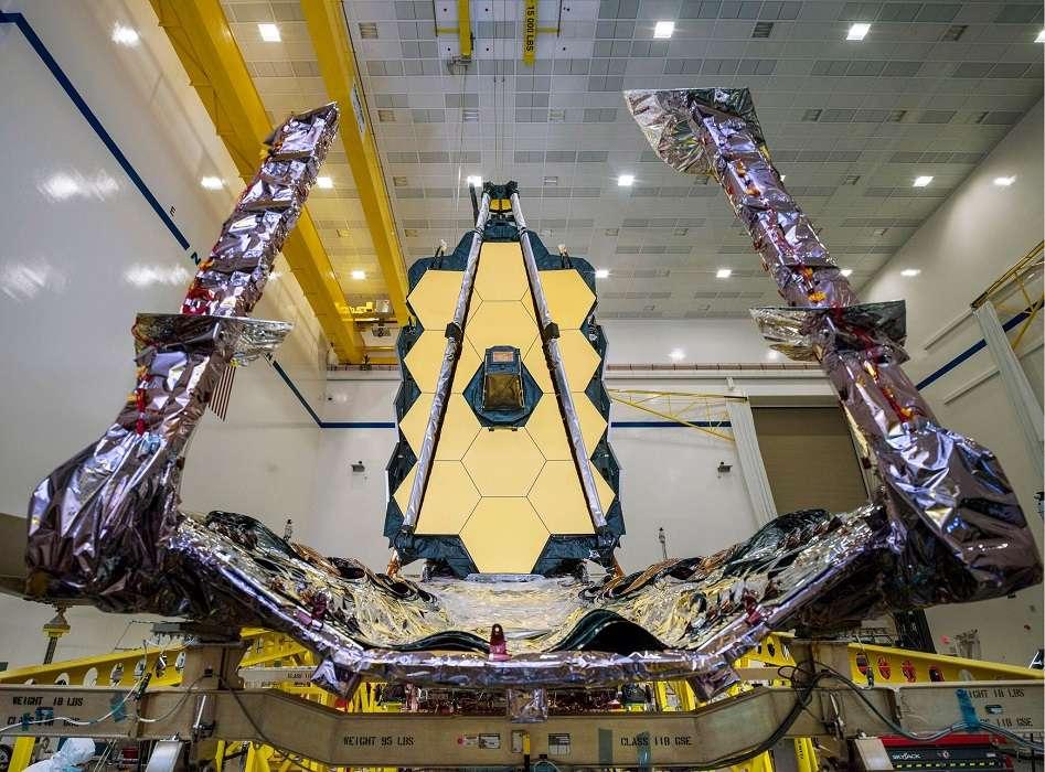 L'imposant James Webb Space Telescope de face, son pare-soleil abaissé. © Nasa, Chris Gunn