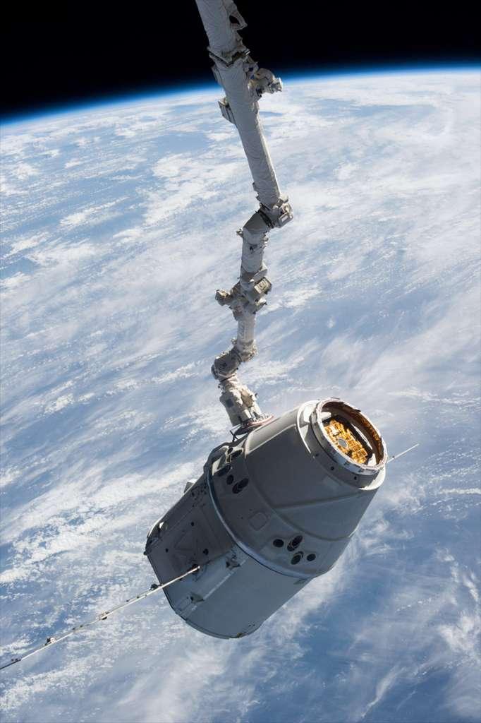 La capsule Dragon de SpaceX. Pour sa deuxième mission commerciale, près de 600 kg de fret ont été envoyés à bord de l'ISS, et plus d'une tonne de matériel devrait être redescendue sur Terre aujourd'hui. © Nasa