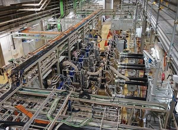 Une photo des cavités à radiofréquences de l'accélérateur linéaire à Rokkasho au Japon destiné à produire des flux de neutrons en bombardant une cible de lithium liquide avec des noyaux de deutérium. Les neutrons produits par les collisions entre ces noyaux seront ensuite dirigés vers les matériaux à étudier. © 2018, ITER Organization