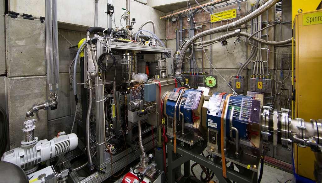 La collaboration PiHe utilise le cyclotron de l'Institut Paul Scherrer qui leur a fourni un faisceau de protons de la plus haute intensité au monde. Ce faisceau de protons a traversé une cible de carbone, produisant ainsi des pions négatifs. Ceux-ci sont transportés vers une cible contenant de l'hélium et que l'on voit sur cette image. Les atomes d'hélium pioniques ainsi synthétisés sont irradiés par un faisceau laser pulsé. Lorsque le laser est réglé sur une fréquence de transition caractéristique de l'atome, une résonance devait être observée si ces atomes existaient bien. © Masaki Hori, Asacusa Collaboration, Cern