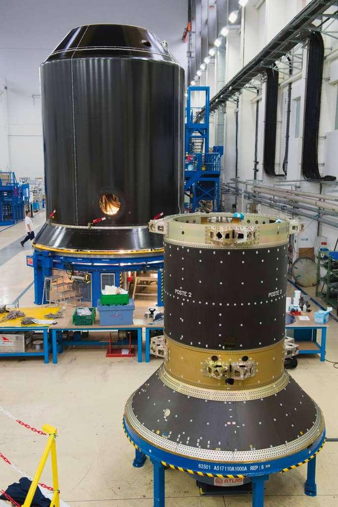 Au premier plan, le dispenser utilisé dans Ariane 5 pour porter 4 satellites Galileo. On distingue les points de fixation autour des inscriptions « Poste 2 » et « Poste 3 ». Derrière, un Sylda utilisé pour les lancements doubles par une Ariane 5 ECA. Un satellite est logé à l'intérieur et le second est installé sur le dessus. © ArianeGroup, D. Eskenazi