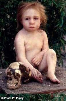 Un enfant de Néandertal, différent des humains... mais si peu. Cette reconstitution est une dermoplastie réalisée par Elisabeth Daynès. On peut retrouver l'Homme de Néandertal à La Chapelle-aux-Saints, en Corrèze, lieu de la découverte d'un squelette complet en 1908. Il s'y trouve un musée de l'Homme de Néandertal, dynamique et instructif. © Philippe Plailly