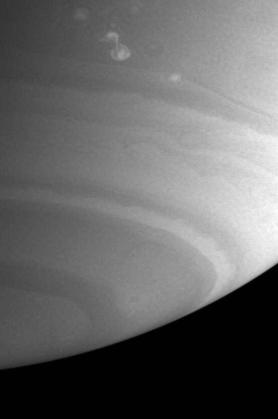 Belle image de petites tempêtes sur Saturne
