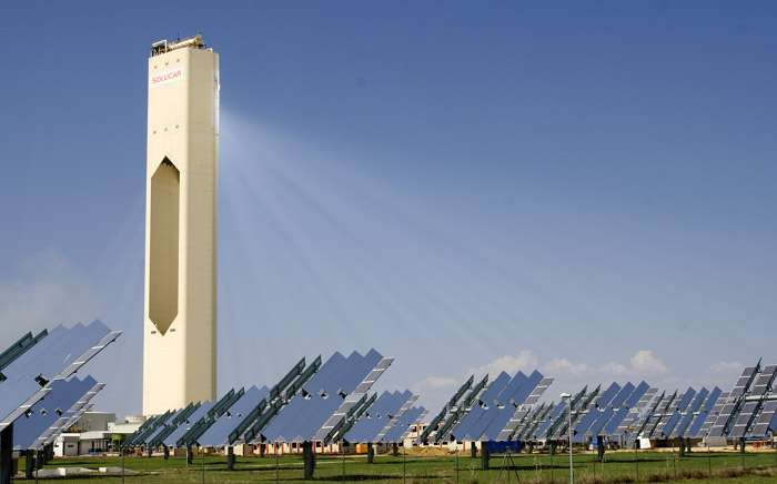 La centrale solaire PS10, en Andalousie (Espagne). Les panneaux réflecteurs sont mobiles et s'orientent en fonction de la position du soleil afin de réfléchir un maximum de rayonnement vers la tour solaire. © Solucar, Flickr, cc by 2.0