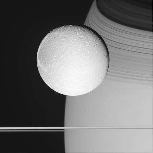 Dioné, le satellite de Saturne, photographié par Cassini