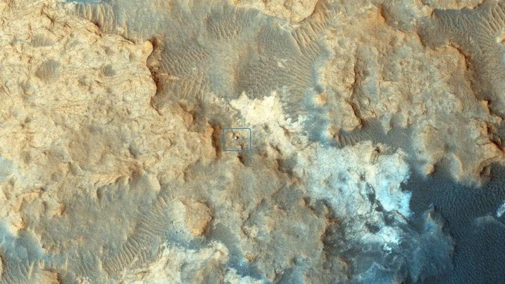Curiosity au travail sur les collines Pahrump, à la base du mont Sharp (5,5 km d'altitude) photographié le 13 décembre 2014, avec la caméra Hirise de MRO (Mars Reconnaissance Orbiter). Sous un fard de poussières rouges plus ou moins épais, Mars arbore des roches plutôt sombres. La météorite martienne Black beauty contient par ailleurs des éléments chimiques similaires à ceux observés par le rover de la Nasa. © Nasa, JPL-Caltech, University of Arizona