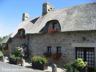 Chaumière du sud Finistère, de type longère, en granite rose et gris. © sports-santé.com