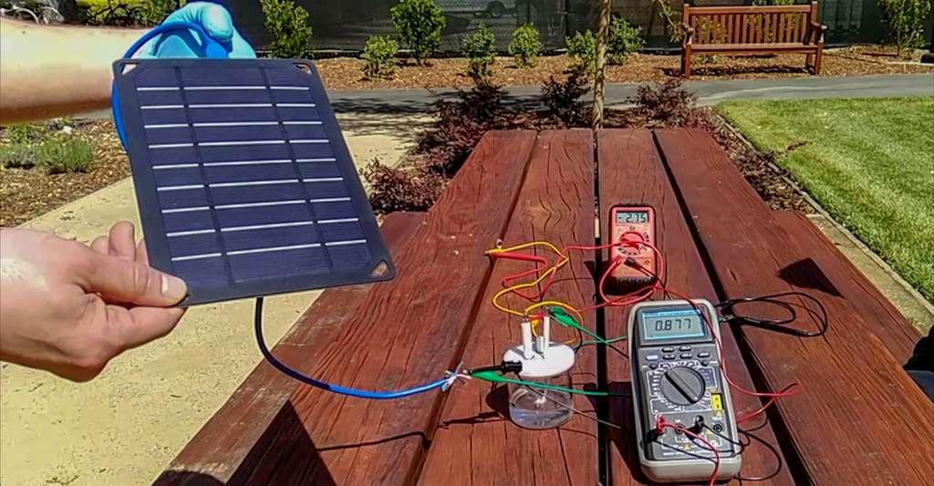 La combustion de l'hydrogène n'émet pas de dioxyde de carbone (CO2). Elle ne produit que de l'eau. Ainsi lorsque l'hydrogène est produit à partir d'une électricité renouvelable, comme sur le prototype mis au point par les chercheurs de Stanford (États-Unis), il est lui-même vert. © Hangjie Dai, Yun Kuang, Michael Kenney, Université de Stanford