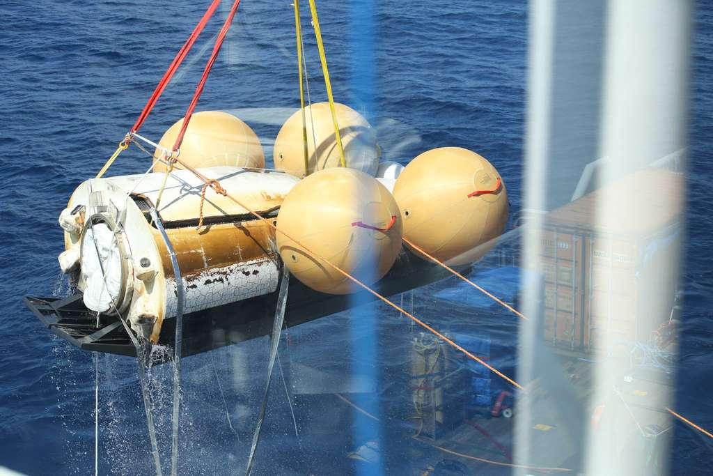 Récupération du IXV à bord du Nos Aries quelques heures après son amerrissage. © ESA