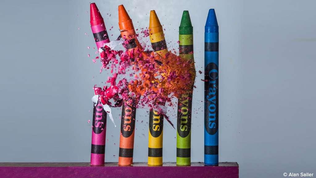 Crayons pulvérisés photographiés au ralenti