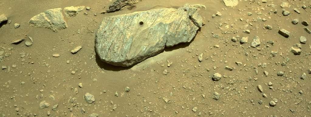 Le rocher « Rochette » et le trou créé par la foreuse de Perseverance. Ce dernier a été surnommé par les chercheurs « Montdenier ». © Nasa, JPL-Caltech