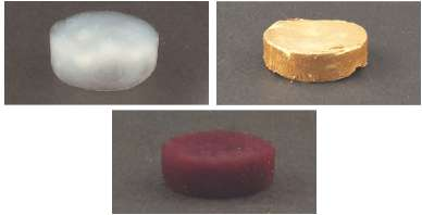 En haut à gauche, une mousse de fibrilles amyloïdes. En haut à droite, la même mousse contenant des microparticules d'or. En bas, la même mousse contenant des nanoparticules d'or. © Gustav Nyström et al. Advanced Materials 2015, ETH Zurich