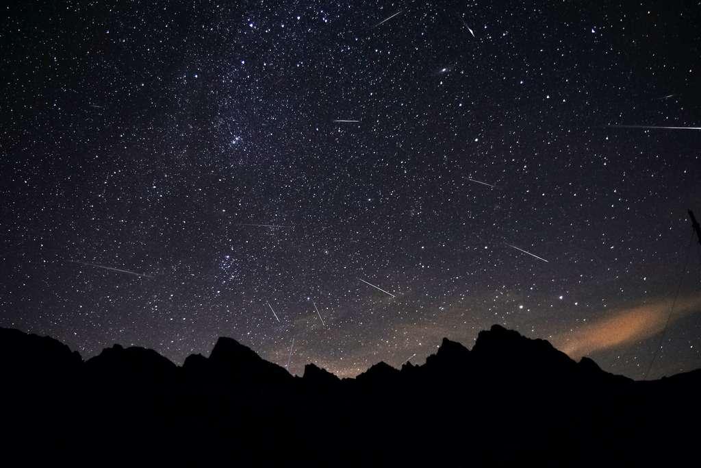 Image composite de la célèbre pluie d'étoiles filantes des Perséides. © Marek, Adobe Stock