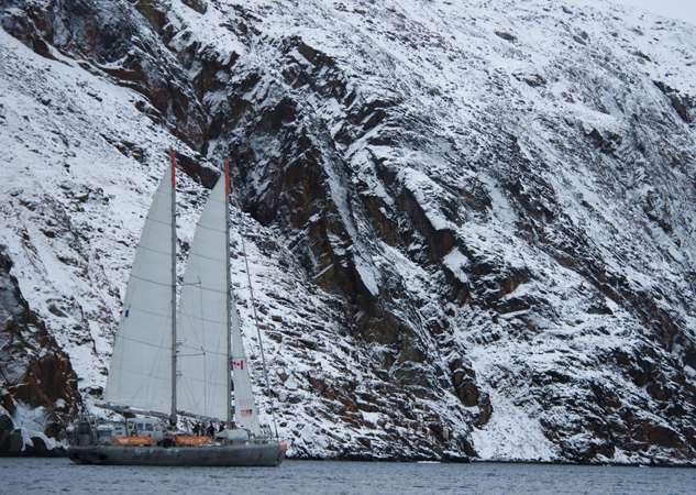 Le détroit de Bellot est bordé par des pentes abruptes montant jusqu'à 450 m d'altitude sur sa rive nord, et jusqu'à 750 m sur sa rive sud. © V. Hilaire, Tara Expéditions