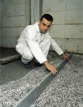 Granulats de perlite expansée à déverser, pour l'isolation thermo-acoustique des planchers. © Knauf Perlite