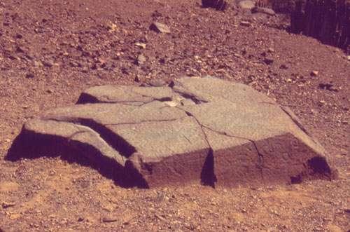 Figure 11 : pierre à cupules, Checta. © J. Guffroy, reproduction et utilisation interdites