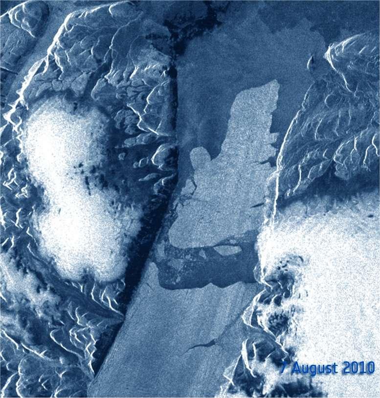 Le 7 août 2010, le même instrument d'Envisat met bien en évidence la rupture de l'extrémité nord du glacier Petermann. Ce grand bloc, baptisé Petermann Ice Island, est désormais à la dérive. Une animation avec trois images est visible dans le communiqué de l'Esa. © Esa