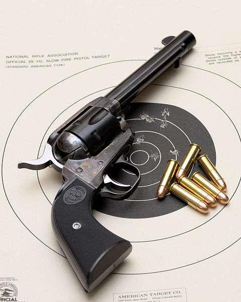 Les armes à feu laissent des traces caractéristiques sur les cadavres. © David Stoerman, Wikimedia, domaine public