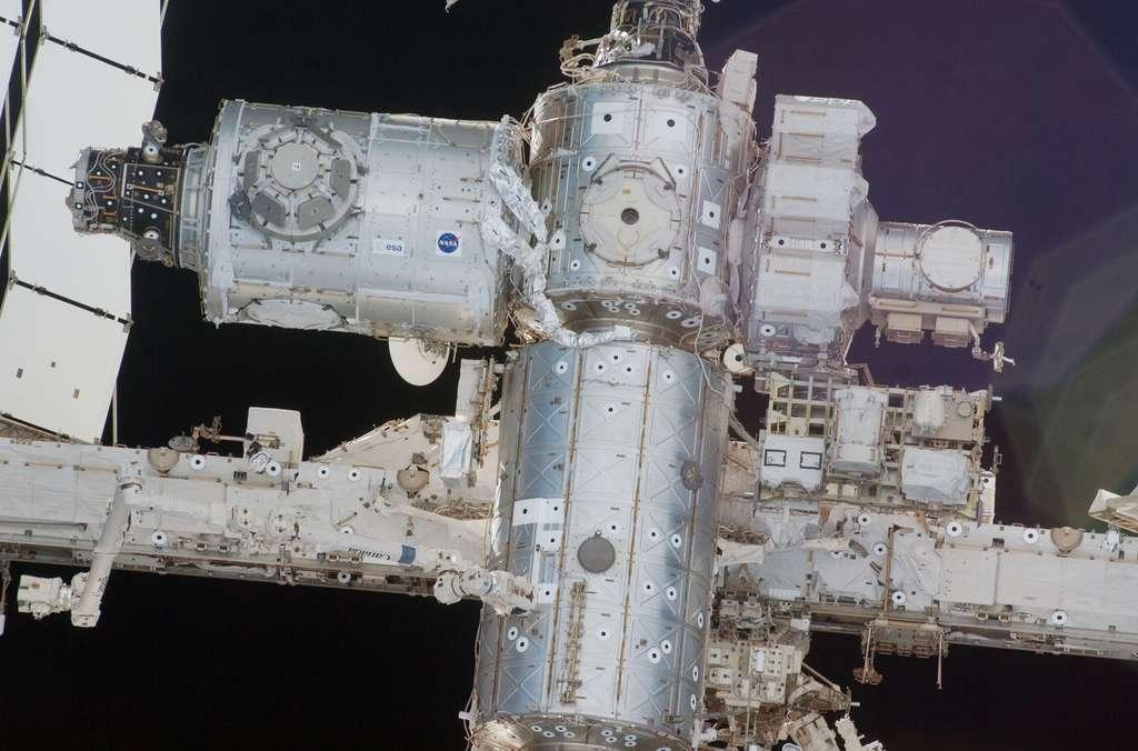 Gros plan sur la partie centrale de l'ISS (février 2010)