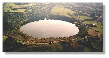 Le gour de Tazenat est le cratère type du maar phréatomagmatique. Les dimensions donnent une idée de la violence de l'éruption : diamètre 800 m, profondeur du lac 80 m (© LVA)