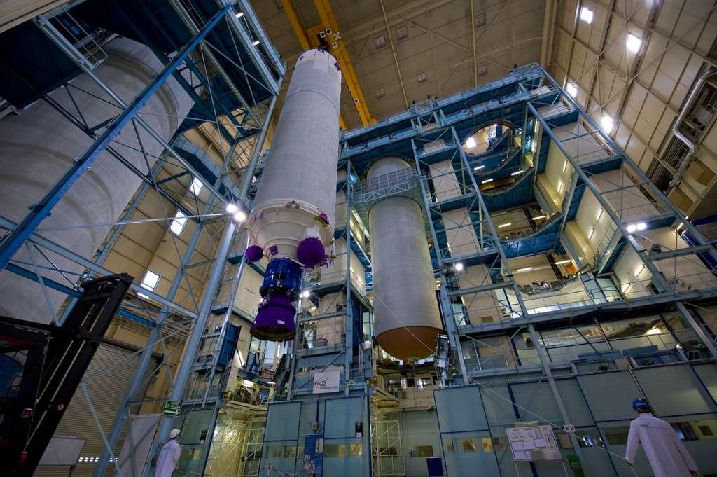 La chaîne de production des étages EPC dans l'usine des Mureaux d'Astrium. C'est également ici que sont intégrés à l'étage les moteurs Vulcain. © Remy Decourt