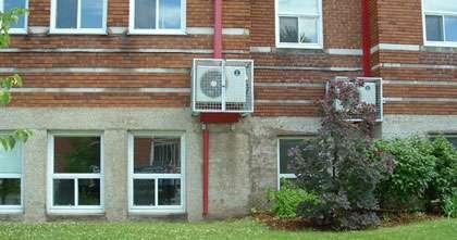Unités extérieures de climatisation fixées en façade. © Pôle Nord