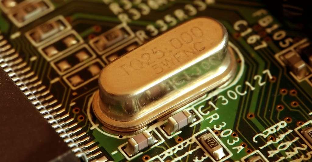 Oscillateur à cristal ( 25 MHz ). © Slick - Domaine public