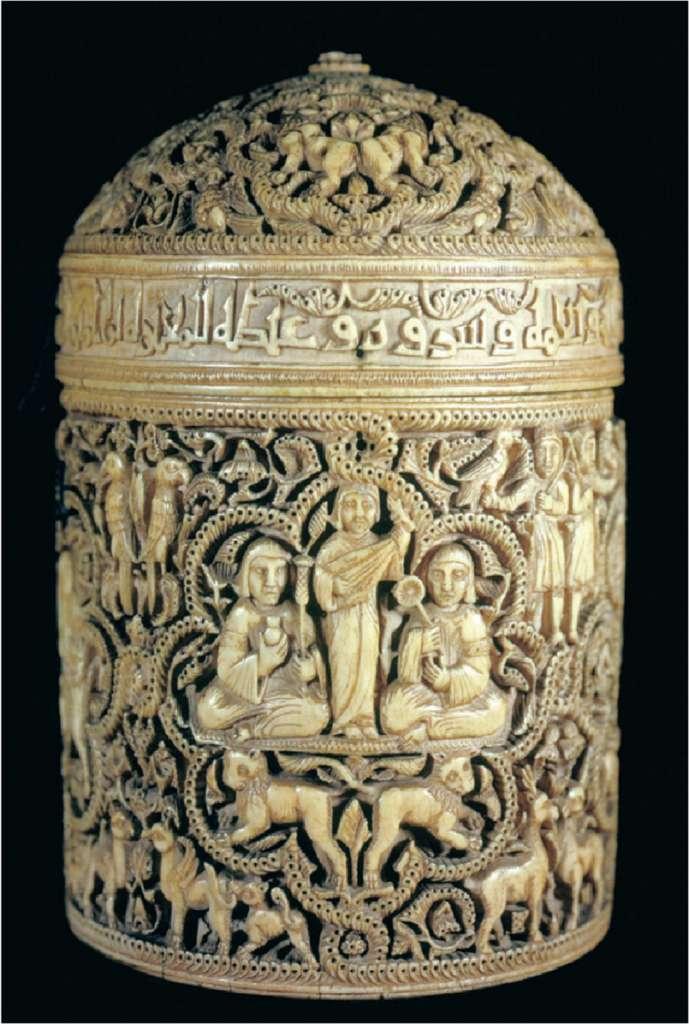 Pyxide d'Al Mughira (fils d'Abd al Rahman III), boite en ivoire monobloc réalisée en Al Andalus en 968 ; retrouvée sur le site de Madinat al Zahra, près de Cordoue. Musée du Louvre. © RMN - Grand Palais / Hughes Dubois.