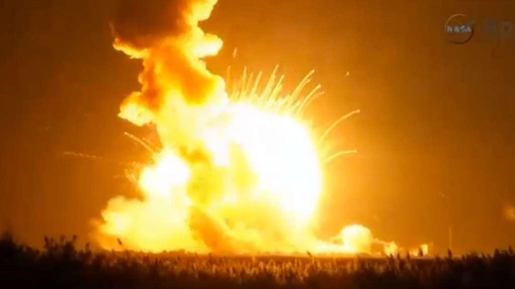 En retombant sur le pas de tir, le lanceur Antares s'est embrasé, ce qui laissait craindre des destructions importantes. Mais les installations ont été largement épargnées. © Nasa TV
