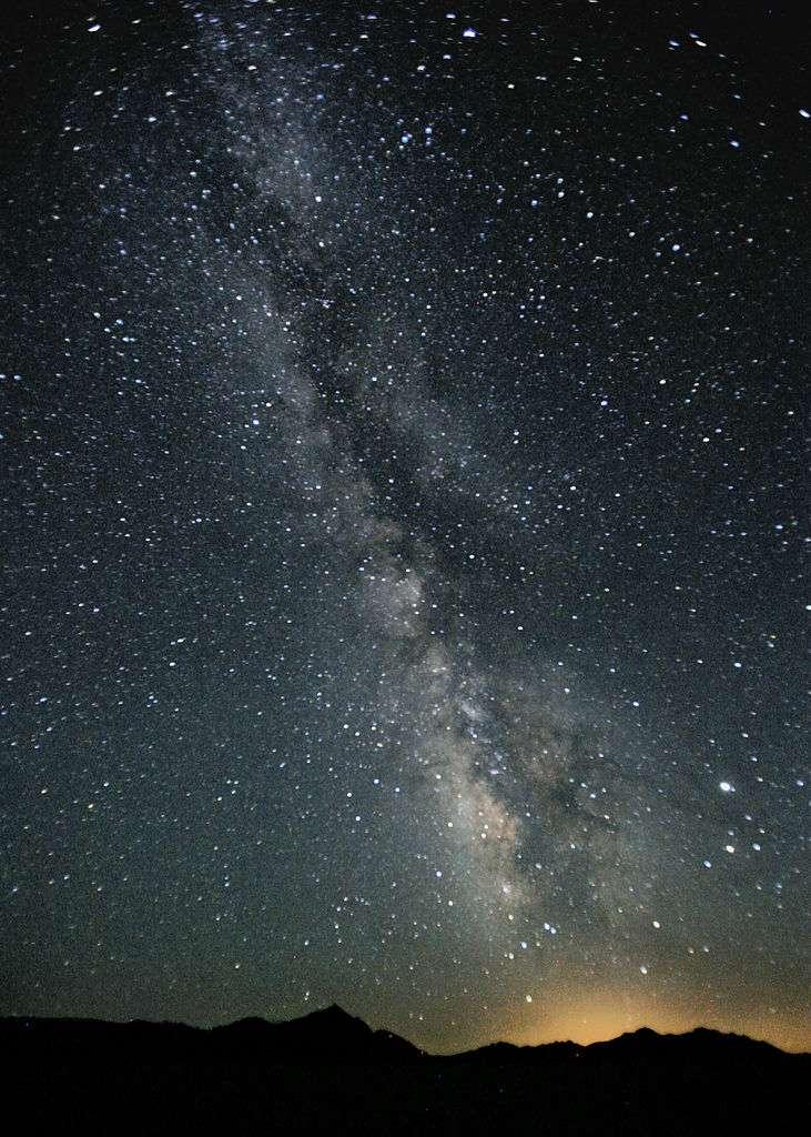 La Voie lactée, observée depuis le désert du Nevada (États-Unis), est notre galaxie vue par la tranche. La Terre étant située plutôt à l'extérieur, on peut voir le centre de cet amas d'étoiles, de gaz et de poussières. © Steve Jurvetson, Wikipédia, cc by 2.0