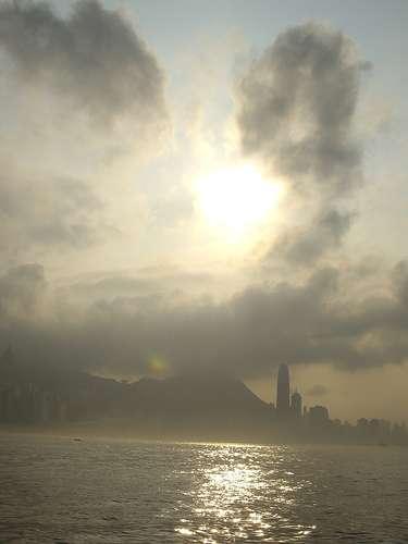 Pollution atmosphérique et smog au-dessus de la baie de Hong-Kong © Havelkip CC-by sa