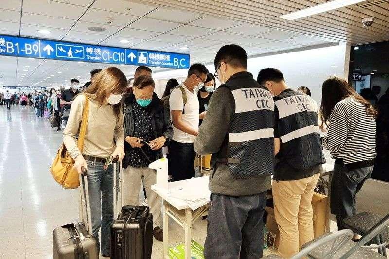 Dès le début de l'épidémie de Covid-19, l'aéroport de Taïwan a exigé un formulaire de santé pour les voyageurs. Ici, des contrôles à l'aéroport de Taipei. © CNA