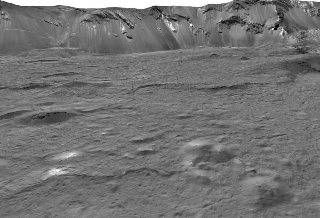 Vue de l'intérieur du cratère Occator sur Cérès. © Nasa, JPL-Caltech, UCLA, MPS, DLR, IDA, USRA, LPI