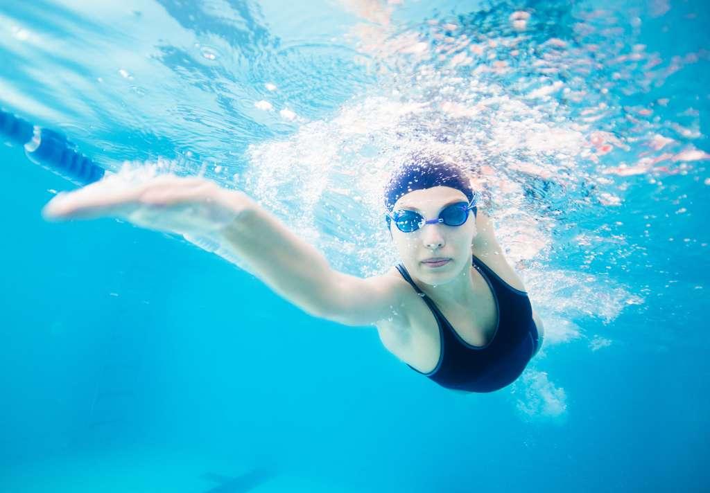La natation est un sport conseillé car votre organisme est porté. © Ermolaev Alexandr, fotolia