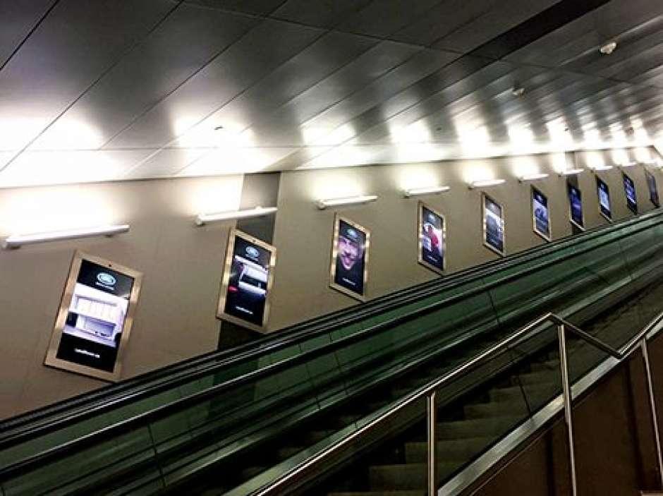 En 2016, une quarantaine de panneaux publicitaires numériques ont été installés le long d'un tunnel menant à l'aéroport Billy Bishop de Toronto, au Canada. Équipés de caméras et d'un logiciel de reconnaissance faciale, ils peuvent déterminer le sexe et l'âge de la personne qui les regarde et mesurent la durée pendant laquelle elle fixe l'écran. © Black, SignMedia