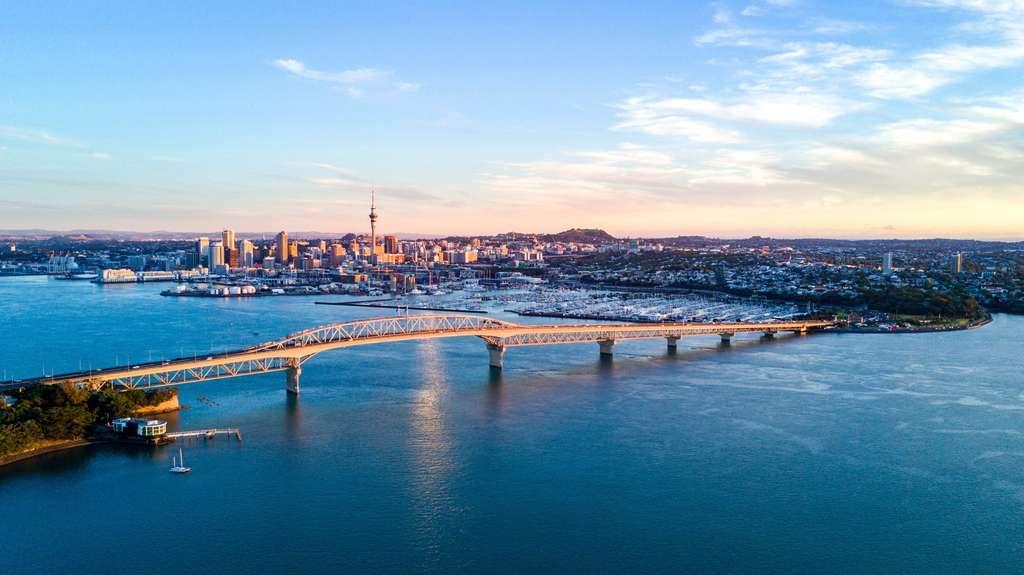 Voici la ville d'Auckland, dans laquelle habite un quart des habitants de la Nouvelle-Zélande, soit 1,5 million de personnes. © holger isensee/EyeEm, Adobe Stock