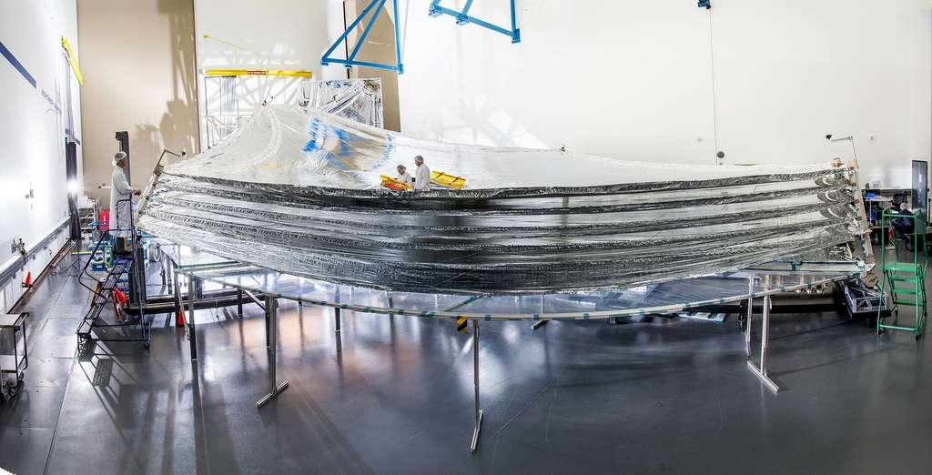 Déploiement complet du bouclier thermique du James Web. Les deux techniciens au centre de la structure permettent de se rendre compte de la taille immense de ce bouclier thermique (22 x 10 m). © Northrop Grumman, Alex Evers