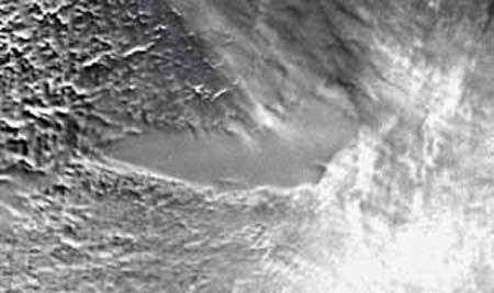 Le lac Vostok mis en évidence depuis l'orbite terrestre par Radarsat. L'eau est emprisonnée environ 4.000 m sous la surface de glace. © Nasa