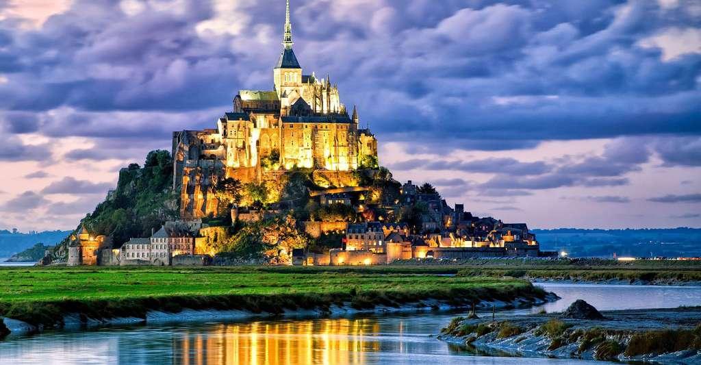 Le Mont-Saint-Michel est l'un des plus beaux joyaux du patrimoine français. Les travaux de désensablement ont permis de lui redonner son caractère maritime. © Milosk50, Shutterstock