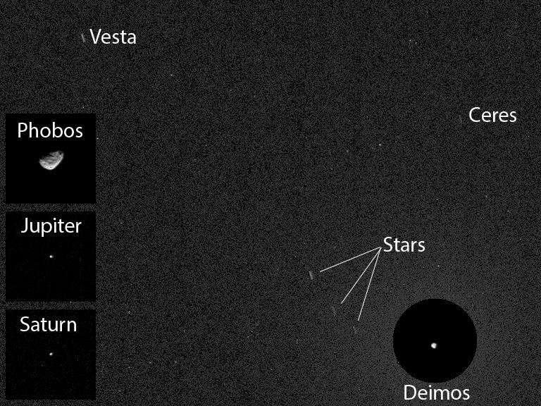 Image composite et annotée d'une partie du ciel nocturne photographié par la caméra du mât (MastCam) de Curiosity. Sur le cliché principal pris avec un temps de pose de 12 secondes, on distingue les traînées de trois étoiles (stars) ainsi que celles de Vesta et Cérès, gros astéroïdes de la ceinture principale. C'est la première fois que de semblables corps rocheux sont photographiés depuis le sol martien. Les quatre autres photos furent enregistrées au cours de la même soirée avec un temps de 0,5 seconde. © Nasa, JPL-Caltech, MSSS, Texas A&M