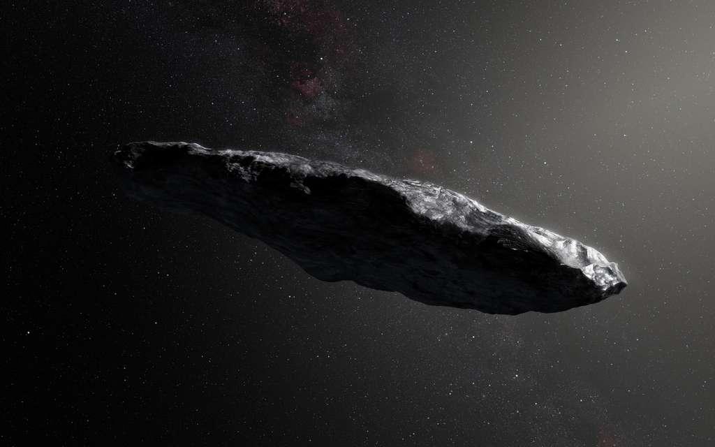 Vue d'artiste d' 'Oumuamua. D'aspect rougeâtre et en forme de cigare avec une longueur de 800 mètres et une largeur de 80 mètres environ, qui plus est sur une orbite hyperbolique le conduisant à quitter le Système solaire à près de 90 km/s, il s'agit incontestablement d'un astéroïde ou d'une comète interstellaire. © ESO