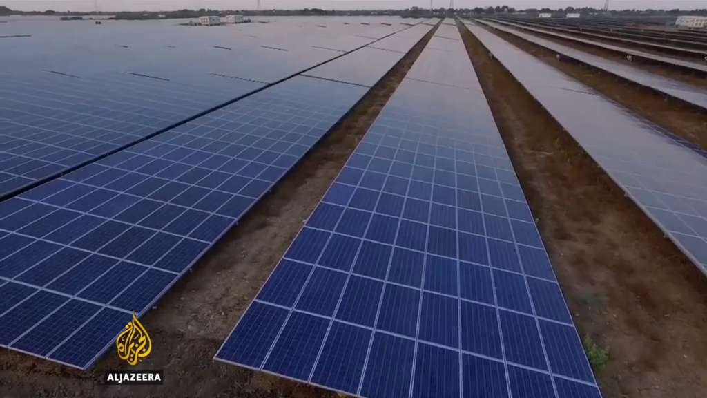 La centrale de Kamuthi, en Inde, comporte 2,5 millions de panneaux solaires photovoltaïques, nettoyés par des robots et s'étalant sur 10 kilomètres carrés. © Aljazeera (vidéo)