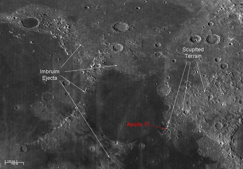 Sur la gauche la mer des Pluies (Imbrium), en bas au centre la mer de la Sérénité et sur la droite tout en bas le début de la mer de la Tranquillité. En rouge, le site d'alunissage d'Apollo 17. Des flèches blanches indiquent des éjectas de la mer des Pluies. © Nasa