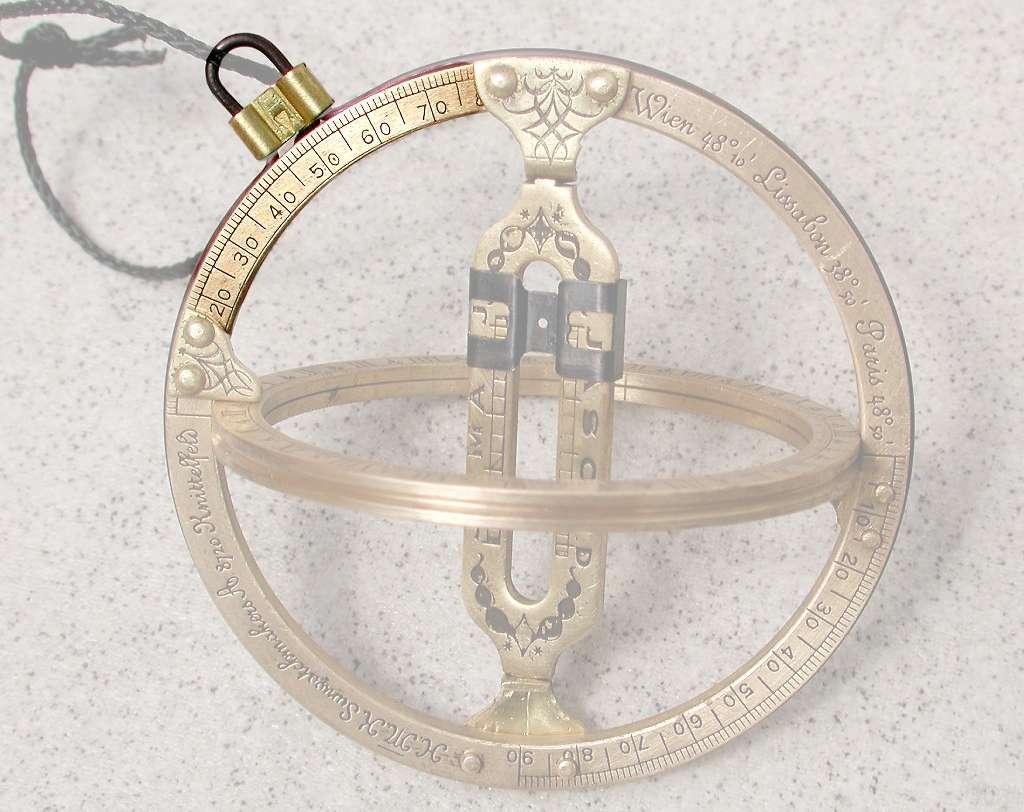 Le crochet en haut à gauche peut coulisser le long de l'anneau méridien pour être positionné au-dessus de la latitude de l'observateur. © jailbird, CC by-sa 2.0 de